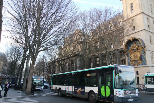 A bus near Conciergerie